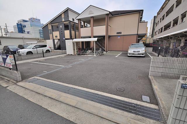 エスティームⅠ番館 敷地内にある駐車場。愛車が目の届く所に置けると安心ですよね。