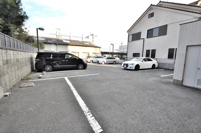 アドバンス渋川 ペントハウス 敷地内にある駐車場。愛車が目の届く所に置けると安心ですよね。