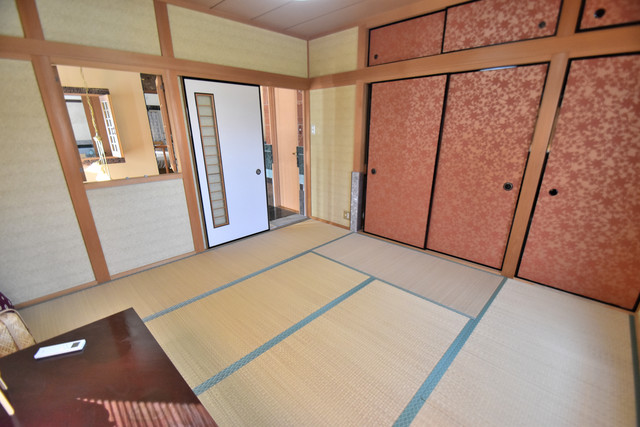 高井田元町2-11-15貸家 畳の心地よい香りがする、この空間で癒されてください。