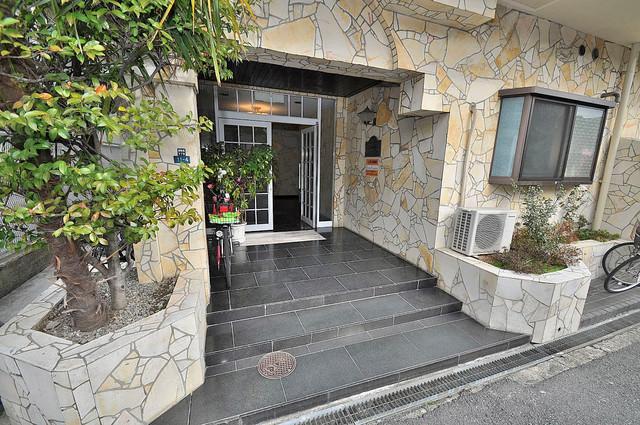 大宝菱屋西ロイヤルハイツ 玄関前の共有部分。周辺はいつもキレイに片付けられています。