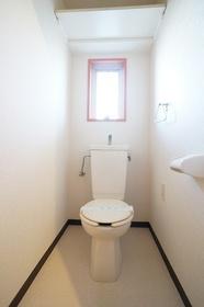 トイレ 上部に収納あります