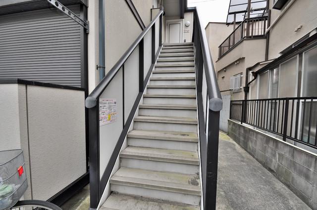 イワタハイツ この階段を登った先にあなたの新生活が待っていますよ。