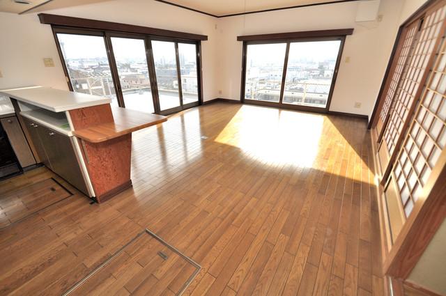 アドバンス渋川 ペントハウス 明るいお部屋はゆったりとしていて、心地よい空間です