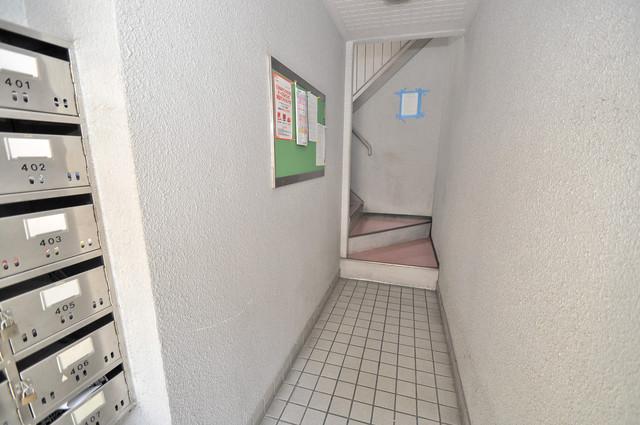 ロイヤルシード小阪 屋内にあるポストは大切な郵便物を雨から守ってくれます。