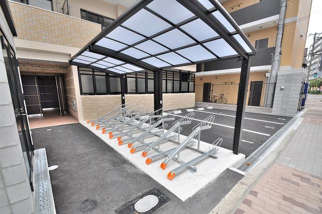 クレスト新今里 敷地内にある専用の駐輪場。雨の日にはうれしい屋根つきです。