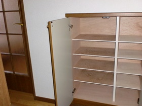 https://image.rentersnet.jp/e960dfe6a7fdd50ab13046e410ec6b15_property_picture_956_large.jpg_cap_シューズボックスもあり靴が多い方でも安心