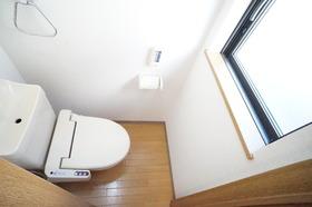 https://image.rentersnet.jp/e9a2b74a3326e5dc79c264984e58bc91_property_picture_956_large.jpg_cap_窓付きで明るいトイレです。