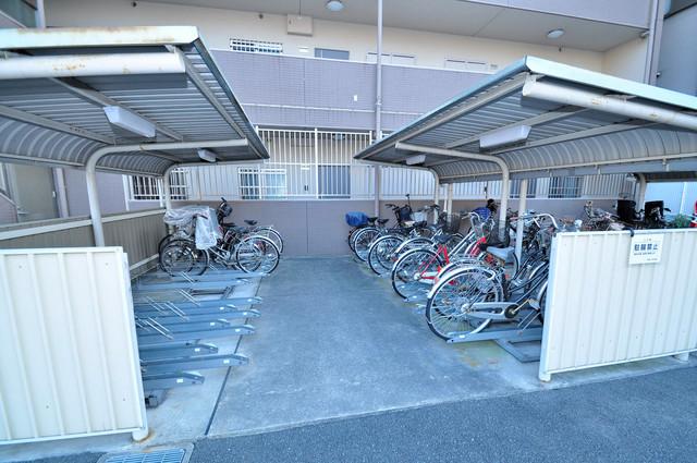 コート グランシャリオ 敷地内にある専用の駐輪場。雨の日にはうれしい屋根つきです。
