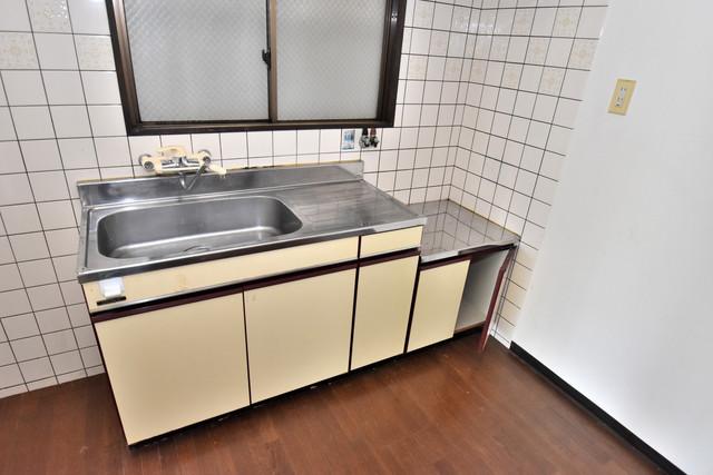 湊川マンション シンプルなキッチンです。あなた好みのコンロを置いてくださいね。