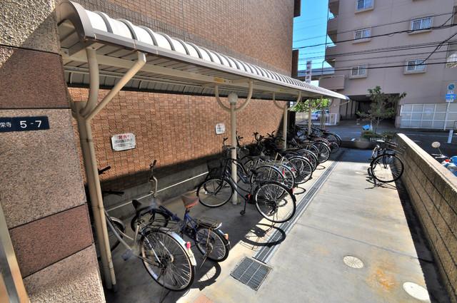 プリムローズHY1 屋根付きの駐輪場は大切な自転車を雨から守ってくれます。