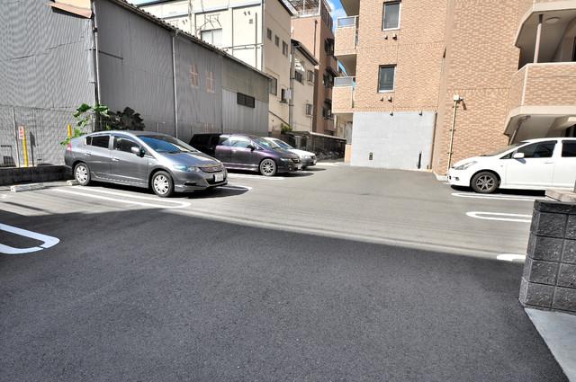 ディオーネ・ジエータ・長堂 敷地内にある駐車場。愛車が目の届く所に置けると安心ですよね。