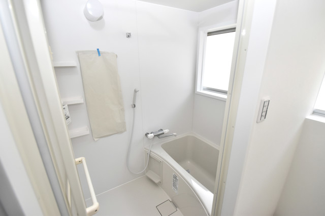 ワイハウス お風呂には窓があり明るいですよ。