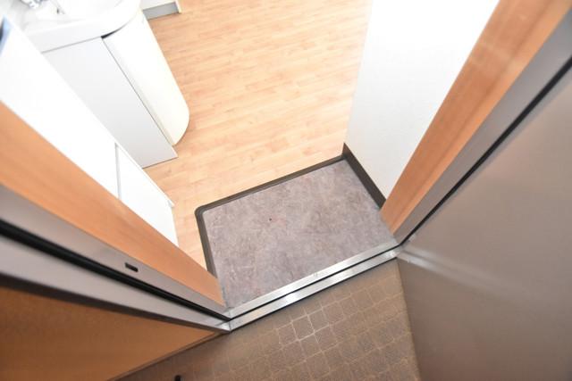 サンオークスマンション 玄関に入るとリビングから一直線、明るい光が差し込みます。