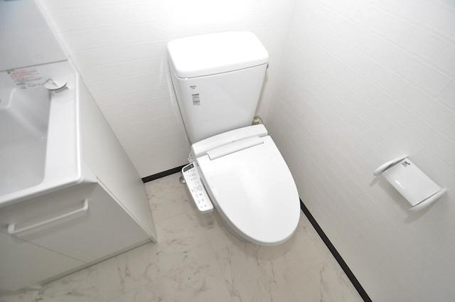 ブライト近大前 広いトイレはウォシュレット完備で、収納も充実しています。