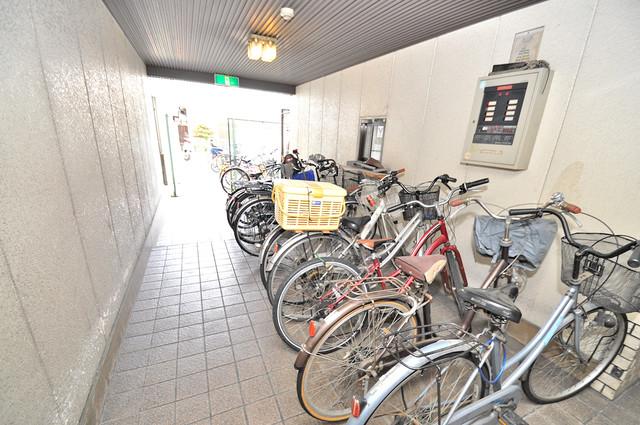 グランドハイツ大今里 屋内にある駐輪場は大切な自転車を雨から守ってくれます。