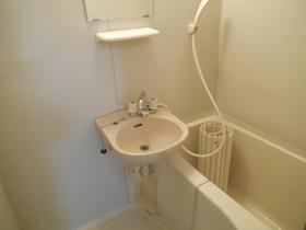 きれいな浴室で洗面台も付いてます♪