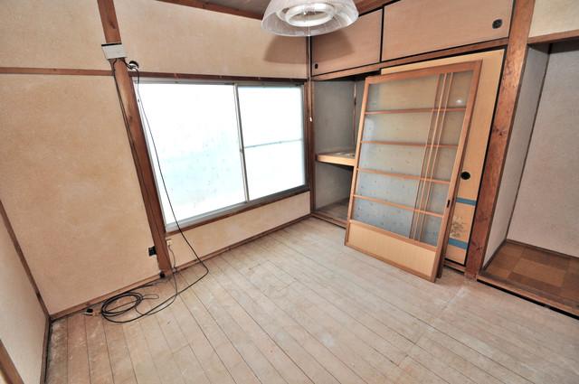 若江本町4-8-40貸家 窓が大きいので圧迫感がありません。日光浴が日課になりそう。