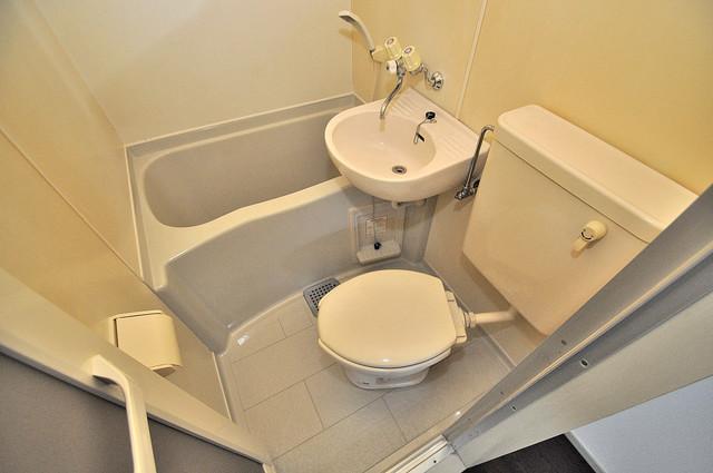 ホワイティ大今里 シャワー一つで水回りが掃除できて楽チンです