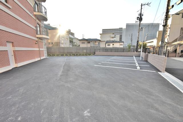 Luxe森之宮 敷地内には駐車場があり安心ですね。
