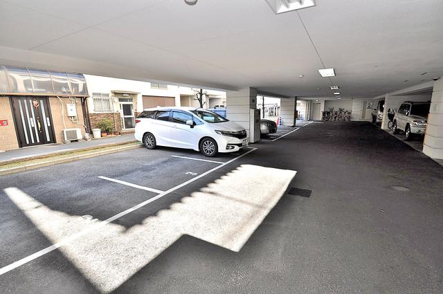 メゾン・ド・成屋大阪 屋根付き駐車場は大切な愛車を雨風から守ってくれます。