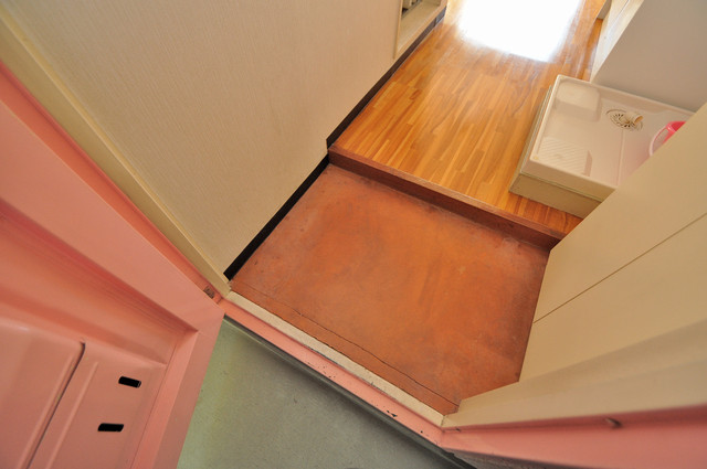 ハイツせせらぎ 玄関に入るとリビングから一直線、明るい光が差し込みます。