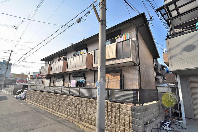 プラサート小阪 閑静な住宅街にある、2階建てのキレイな建物です。