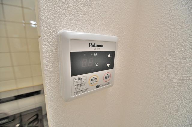 メゾンイサム 給湯リモコン付。温度調整は指1本、いつでもお好みの温度です.