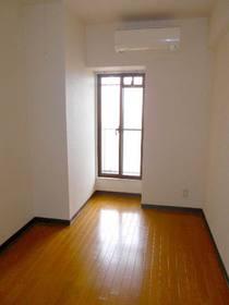 玄関側4.8帖の洋室(フローリング、エアコンあり)