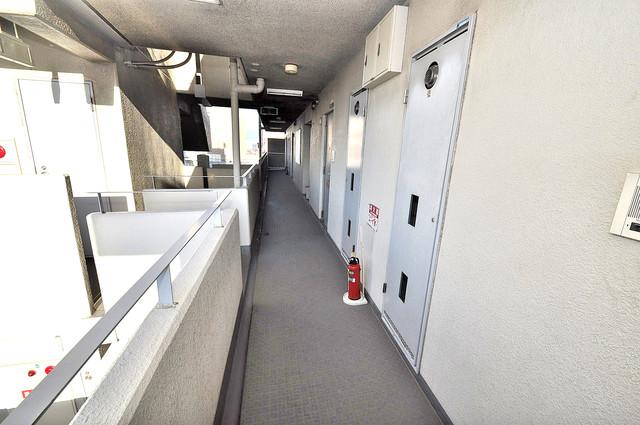 カーサノベンタ 玄関まで伸びる廊下がきれいに片づけられています。