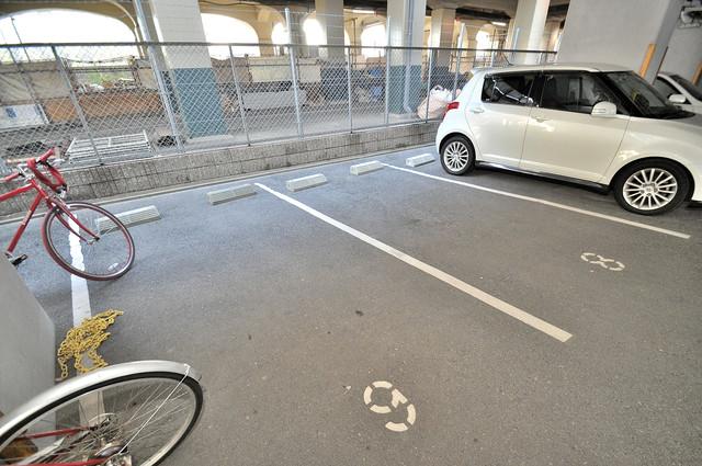 メゾンシェソワ 敷地内には駐車場があり安心ですね。
