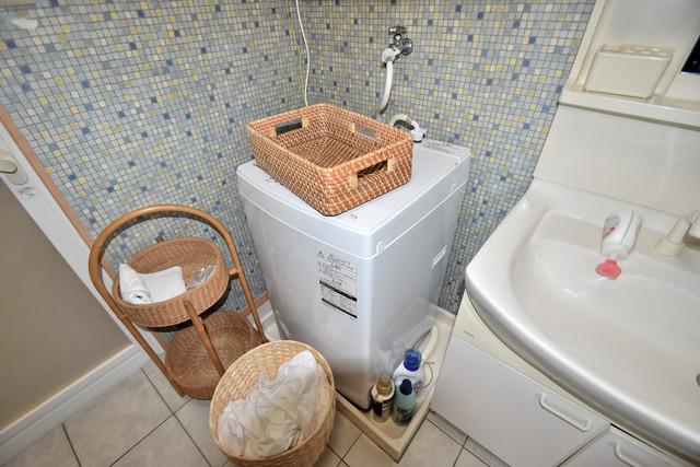 高井田元町2-11-15貸家 洗濯機置場が室内にあると本当に助かりますよね。