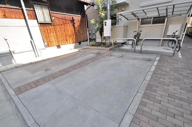 ヴィクトワール 敷地内には駐車場があり安心ですね。