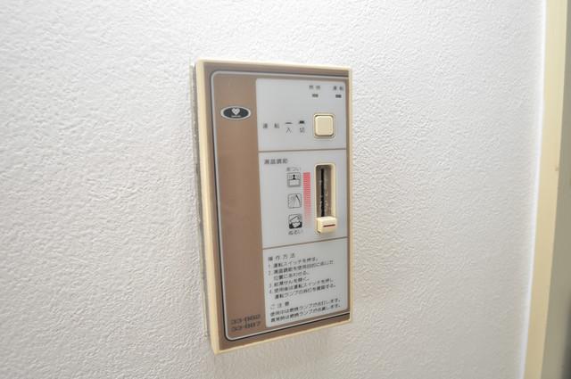 東大阪レジデンス 給湯リモコン付。温度調整は指1本、いつでもお好みの温度です。