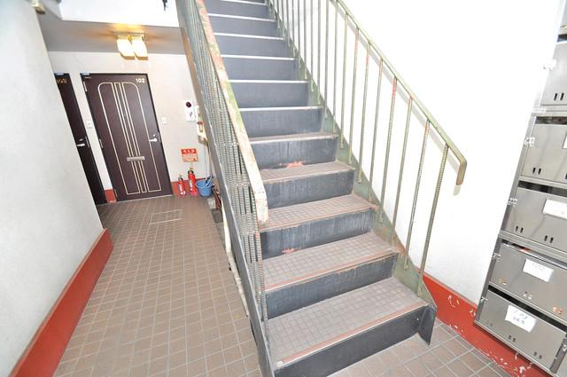 アルハウス諏訪 この階段を登った先にあなたの新生活が待っていますよ。