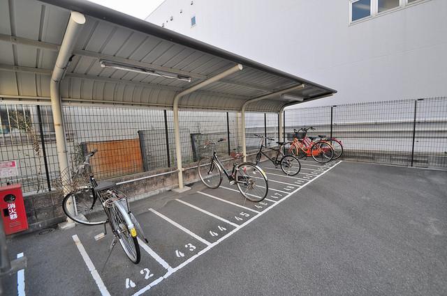 CASSIA高井田SouthCourt 敷地内にある専用の駐輪場。雨の日にはうれしい屋根つきです。