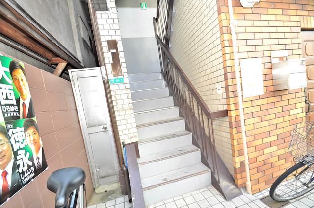 寿マンション この階段を登った先にあなたの新生活が待っていますよ。