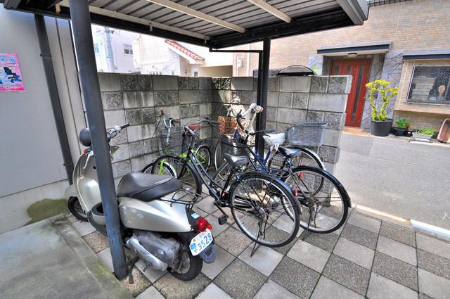 ブリエール布施A棟 屋根付きの駐輪場は大切な自転車を雨から守ってくれます。