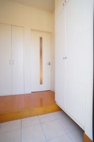 タイル仕上げの玄関床。 広い玄関ホールです。