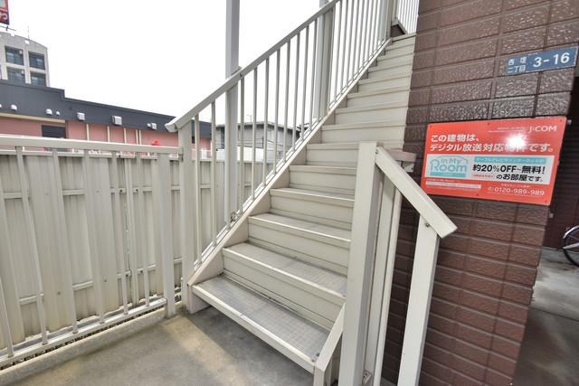 ポプルスONE 2階に伸びていく階段。この建物にはなくてはならないものです。