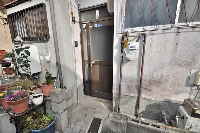 西堤学園町1丁目貸家 植木鉢などを置いても良いかもしれませんね。