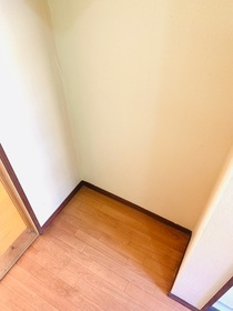 https://image.rentersnet.jp/f4e28141-cd71-47b6-ab6a-97c6dd397bc1_property_picture_953_large.jpg_cap_冷蔵庫置き場・上部に棚あり