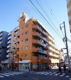 川崎駅近くの通りに立地