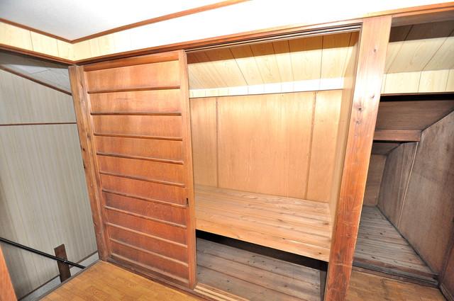 横沼町3丁目貸家 各所に収納があるので、お部屋がすっきり片付きますね。