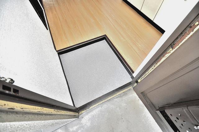 ロイヤルハイツ八戸ノ里 お部屋の入口には何も置かず、シンプルが一番ですね。