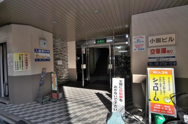 小阪ビル 玄関前の共有部分。周辺はいつもキレイに片付けられています。