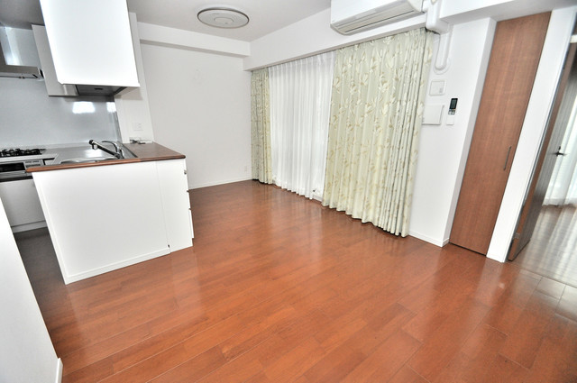 ヴェリテ永和駅前 贅沢な広さのリビングはゆったりくつろげる空間です。