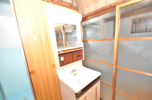 横沼町3丁目貸家 独立した洗面所には洗濯機置場もあり、脱衣場も広めです。