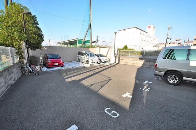 ルヴェール光陽園 敷地内にある駐車場。愛車が目の届く所に置けると安心ですよね。