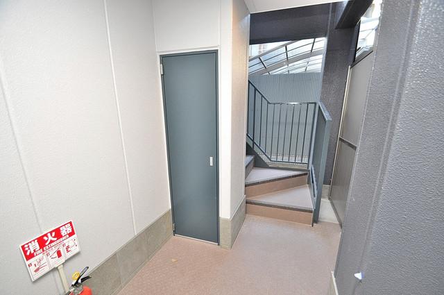 エム・ステージ小路 この階段を登った先にあなたの新生活が待っていますよ。
