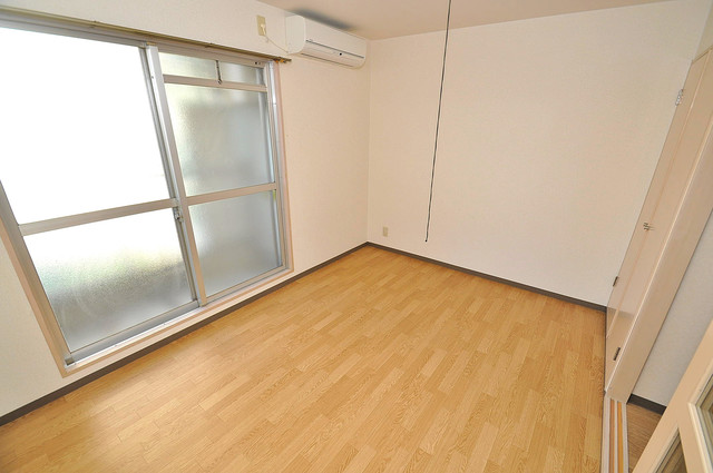 ツインコンフォートハイツ岩崎 朝には心地よい光が差し込む、このお部屋でお休みください。
